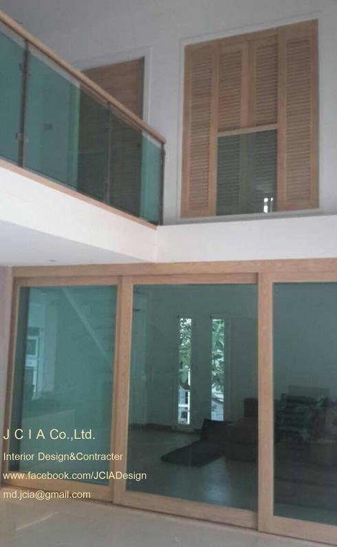 บ้านเฉลียงลม:  หน้าต่าง by jcia co.,ltd