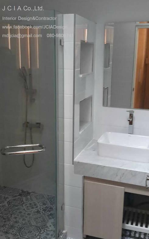 บ้านเฉลียงลม:  ห้องน้ำ by jcia co.,ltd