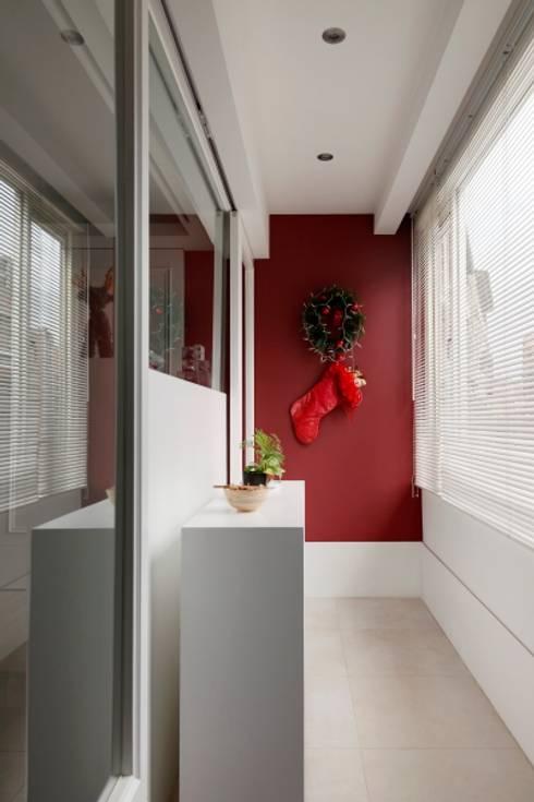 浪漫小屋:  玄關、走廊與階梯 by 誼軒室內裝修設計有限公司