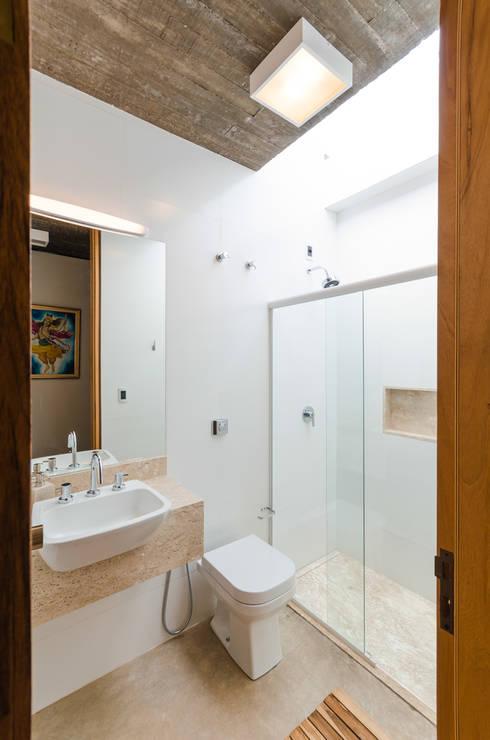 Baños de estilo moderno por Diego Alcântara  - Studio A108 Arquitetura e Urbanismo