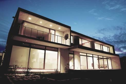 Fachada - Hormigón a la Vista: Casas de estilo moderno por JPV Arquitecto