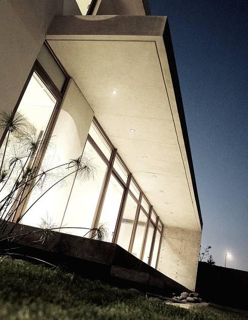 Terraza - Hormigón a la Vista - Cristales - Transparencia: Casas de estilo moderno por JPV Arquitecto
