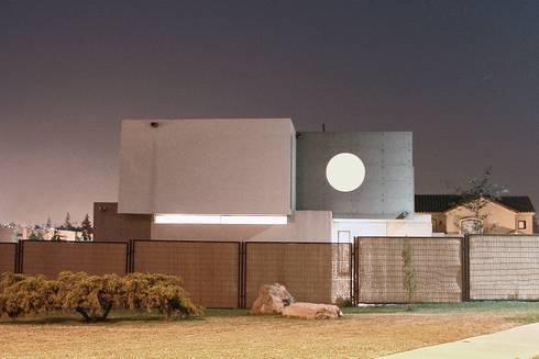 Fachada - Hormigón a la Vista - Doble Piel   : Casas de estilo moderno por JPV Arquitecto