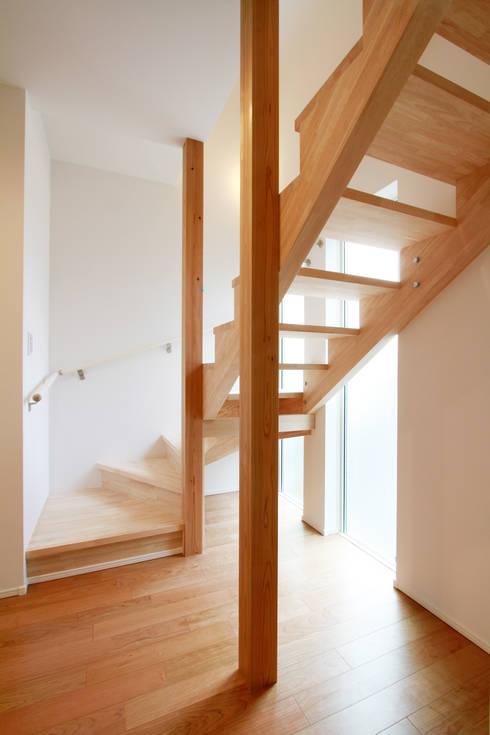 練馬の杜~抜~: 株式会社ハウジングアーキテクト建築設計事務所が手掛けた玄関&廊下&階段です。