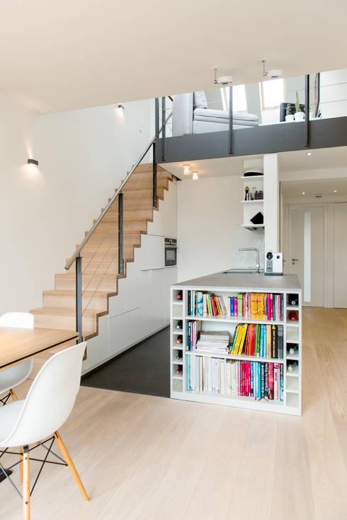 Küchenzeile mit Bücherregal:  Küche von Carola Augustin Innenarchitektur
