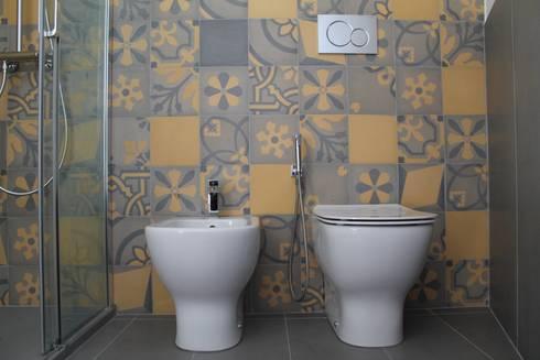 Stanza da bagno in cementine decorate di romano pavimenti for Bagno cementine