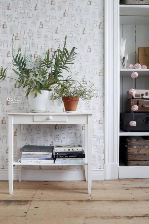 vliesbehang parfum flesjes glanzend koper:  Muren & vloeren door ESTAhome.nl