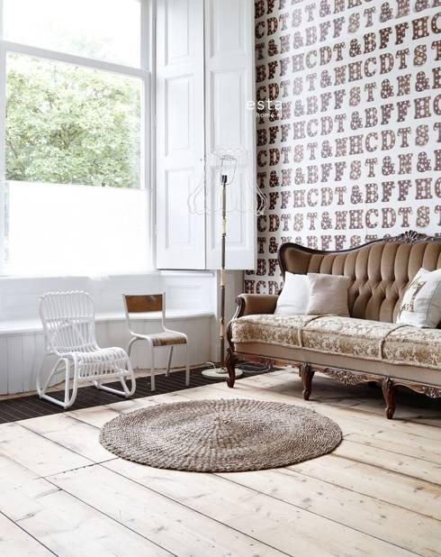 vliesbehang houten licht letters sepia bruin en licht beige:  Muren & vloeren door ESTAhome.nl