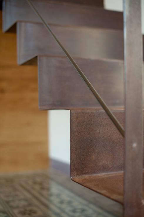 Scala Origami: Ingresso, Corridoio & Scale in stile in stile Minimalista di Officina29_ARCHITETTI