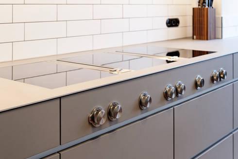 Kochstelle Bora mit Edelstahlarbeitsplatte: moderne Küche von Klocke Möbelwerkstätte GmbH