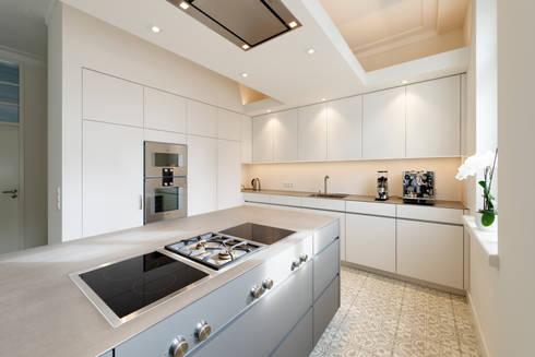 Offene Küche: minimalistische Küche von Klocke Möbelwerkstätte GmbH