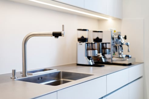 Spülfläche: minimalistische Küche von Klocke Möbelwerkstätte GmbH