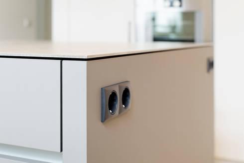 Funktionalität in der Küche - Steckdosen: minimalistische Küche von Klocke Möbelwerkstätte GmbH