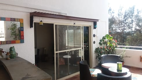 500 sq ft Terrace of a private apartment at Clover Water Gardens, Pune.:  Terrace by Global Associiates