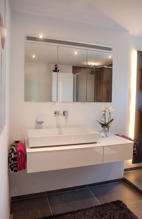 Aufgeräumter Waschbereich: Moderne Badezimmer Von HEIMWOHL GmbH