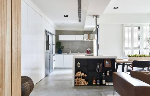 小.曲折 Anti-Sinuous:  廚房 by 理絲室內設計有限公司 Ris Interior Design Co., Ltd.