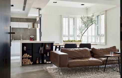 小.曲折 Anti-Sinuous:  客廳 by 理絲室內設計有限公司 Ris Interior Design Co., Ltd.