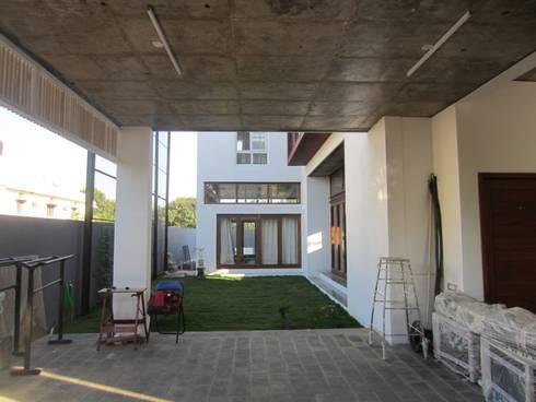 BYSANI RESIDENCE, BANGALORE: modern Garage/shed by Parikshit Dalal Design + Architecture