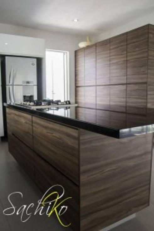 BUGAMBILIAS : Cocina de estilo  por SACHIKO COCINAS