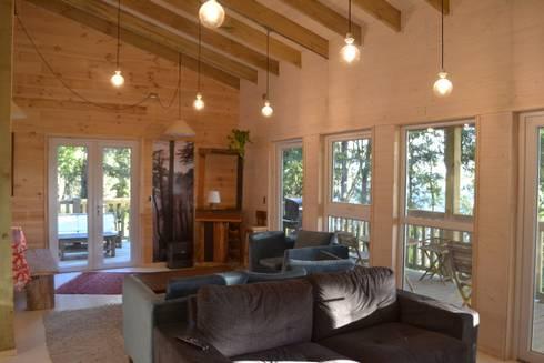CASA UNDURRAGA: Livings de estilo moderno por Kanda arquitectos