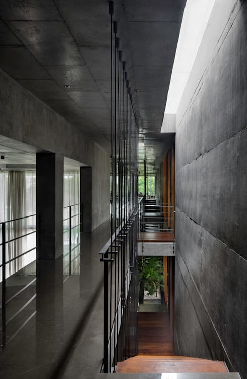 Private Residence Ahmedabad:  Corridor & hallway by Blocher Blocher India Pvt. Ltd.