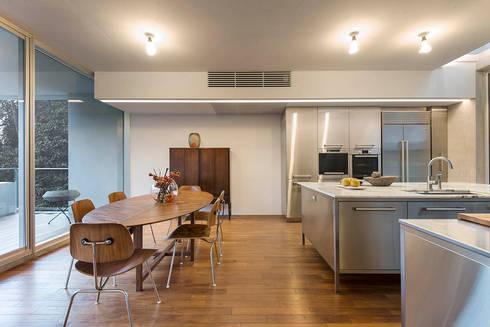 何宅 House H:  廚房 by  何侯設計   Ho + Hou Studio Architects