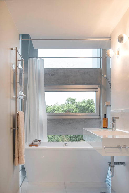 何宅 House H:  浴室 by  何侯設計   Ho + Hou Studio Architects