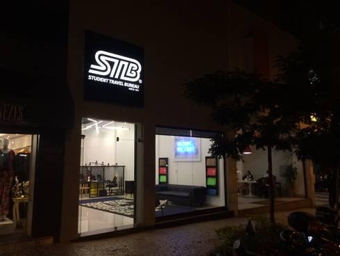 Loja STB - Student Travel Bureau: Espaços comerciais  por RENATO MELO | ARQUITETURA