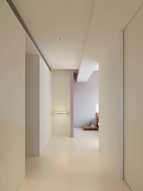 王宅  Wang Residence:  臥室 by  何侯設計   Ho + Hou Studio Architects