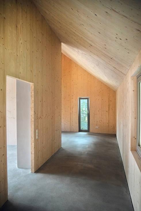 Einfamilienhaus Schöne Aussicht:  Flur & Diele von Planungsgruppe Korb GmbH Architekten & Ingenieure
