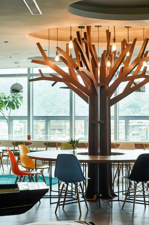公共區休閒空間:  書房/辦公室 by CCL Architects & Planners林祺錦建築師事務所