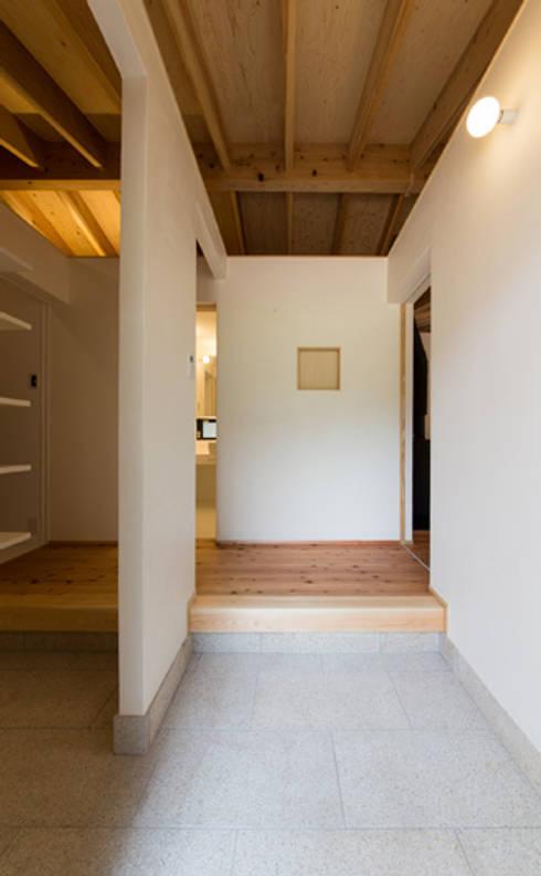 かぶら束の家: 田村淳建築設計事務所が手掛けた廊下 & 玄関です。