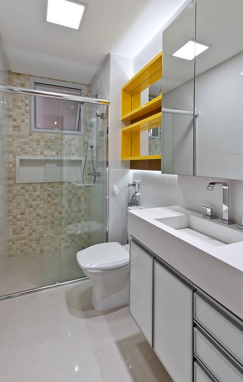 Bathroom by Kris Bristot Arquitetura