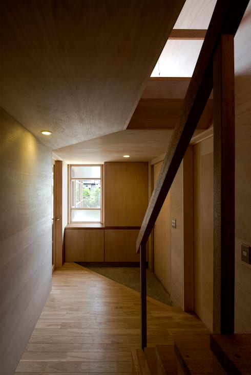 川越の住居/House in Kawagoe: 平山教博空間設計事務所が手掛けた廊下 & 玄関です。