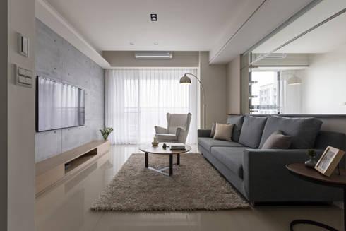藍色。愛情海:  客廳 by 共禾築研設計有限公司