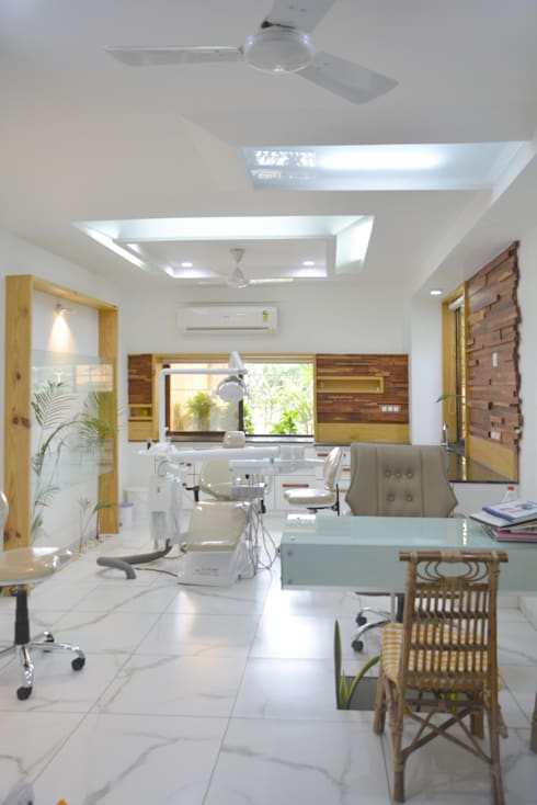 Dental Unit @ Prarthna Hospital:  Interior landscaping by prarthit shah architects