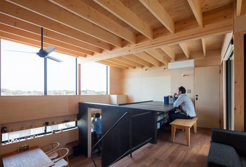 書斎コーナーとキッチン: 藤井伸介建築設計室が手掛けた和室です。