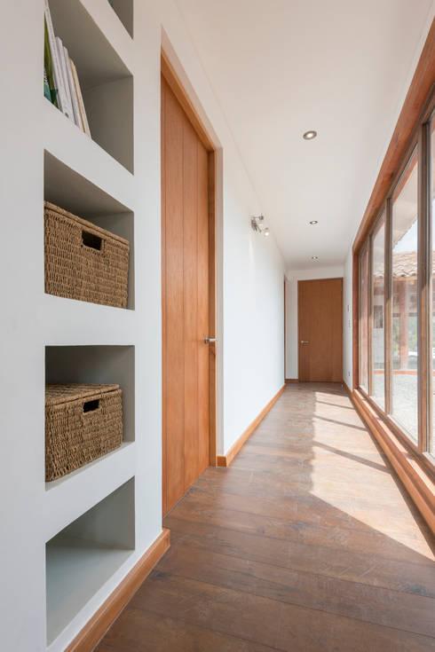 Casa Los Morros: Pasillos y hall de entrada de estilo  por Grupo E Arquitectura y construcción