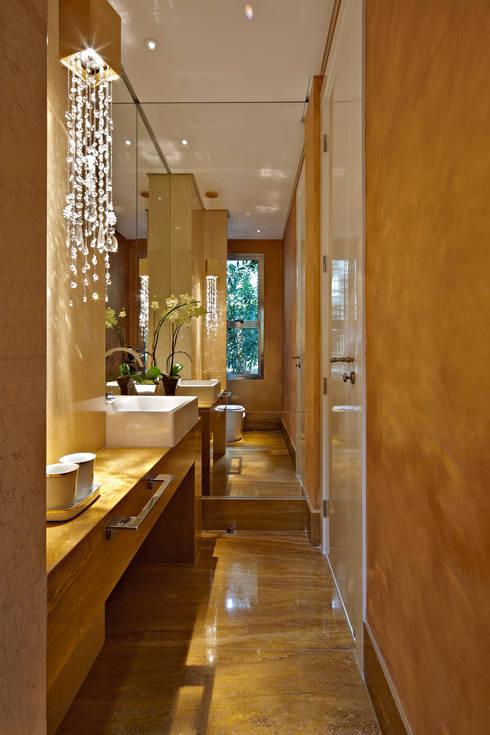 Residência Nova Lima : Banheiros  por Andréa Buratto Arquitetura & Decoração