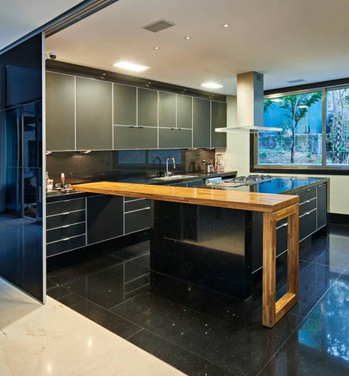 Residência Nova Lima : Cozinhas  por Andréa Buratto Arquitetura & Decoração