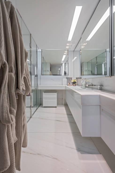Banho Máster: Banheiros modernos por Andréa Buratto Arquitetura & Decoração