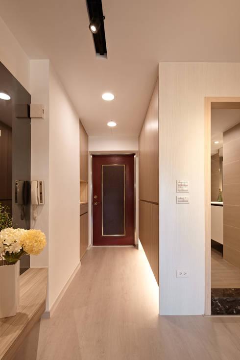 Pasillos y recibidores de estilo  por 耀昀創意設計有限公司/Alfonso Ideas