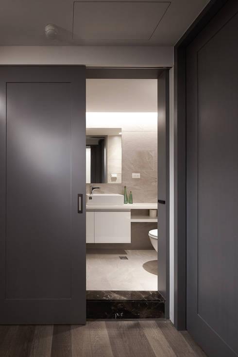 曲折 unfold:  浴室 by 耀昀創意設計有限公司/Alfonso Ideas