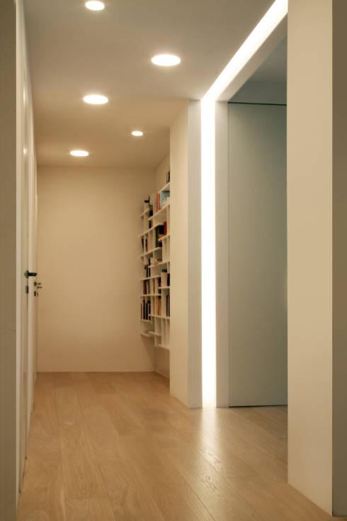 INGRESSO: Ingresso & Corridoio in stile  di T+T ARCHITETTURA