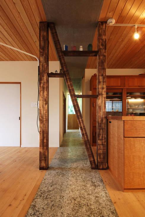飾り棚(既存の構造材の見せ方): 藤井伸介建築設計室が手掛けた廊下 & 玄関です。