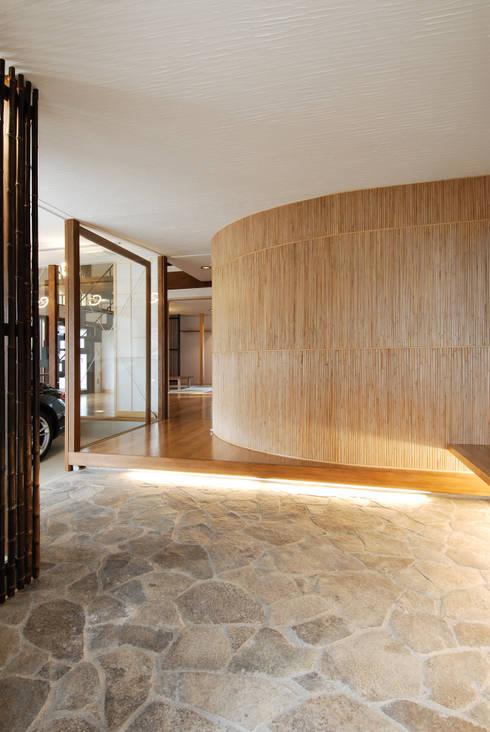 玄関: 藤井伸介建築設計室が手掛けた廊下 & 玄関です。
