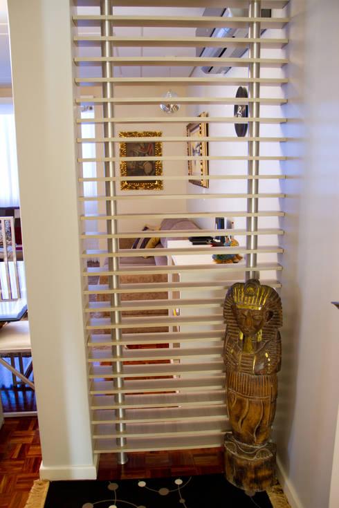 Pasillos y recibidores de estilo  por Kris Bristot Arquitetura