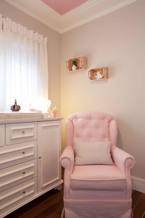 Nursery/kid's room by RK Arquitetura & Design