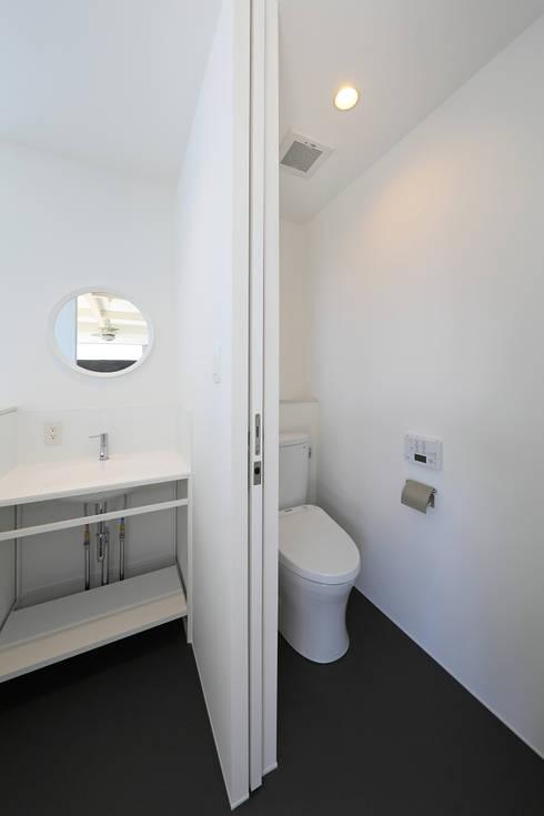 洗面・トイレ: ㈱ライフ建築設計事務所が手掛けた浴室です。