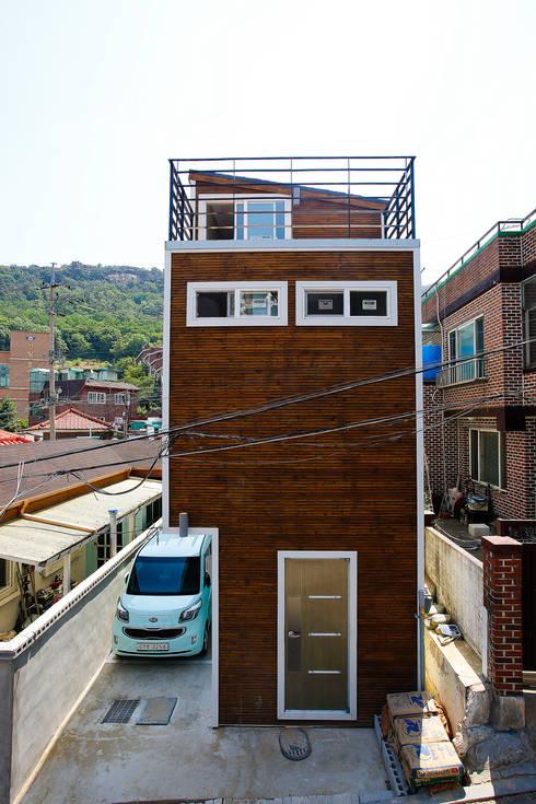 Casas de estilo  por 마음담은 건축